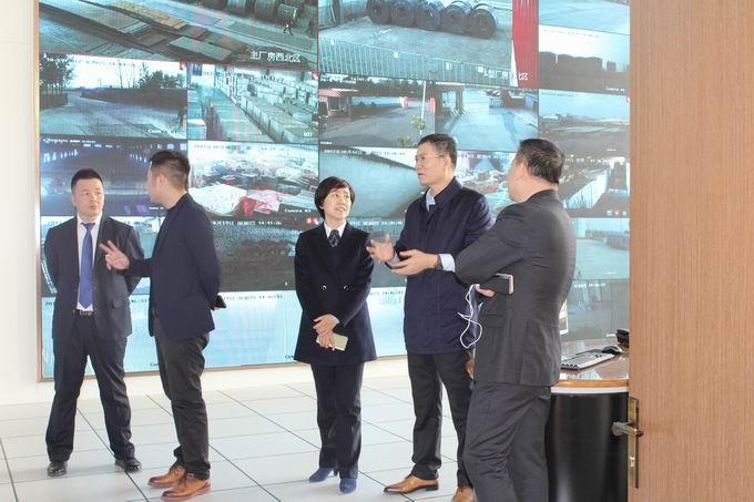锦州银行凌云支行行长程岩、副行长李洪伟到我公司考察,董事长向其介绍公司远程监控指挥中心及公司业务